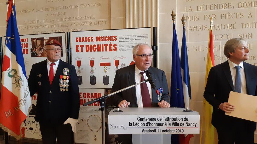 Le colonel Jacques Chabran (au centre) accompagné par le maire de Nancy Laurent Hénart (à droite)