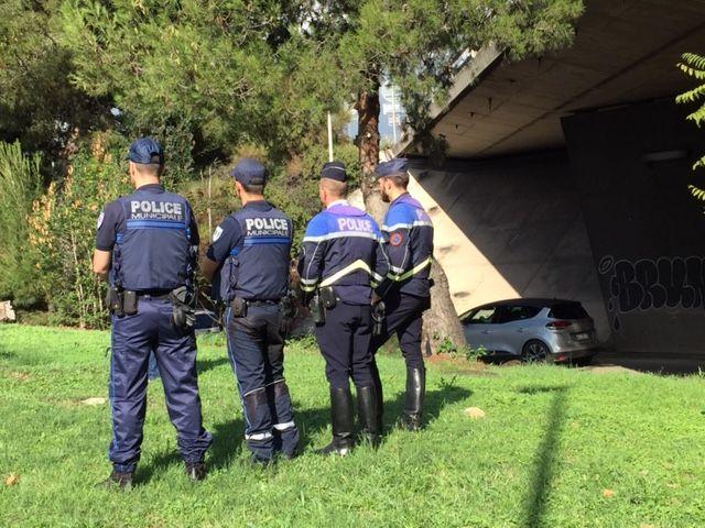 Les policiers étaient prépositionnés à côté de la passerelle