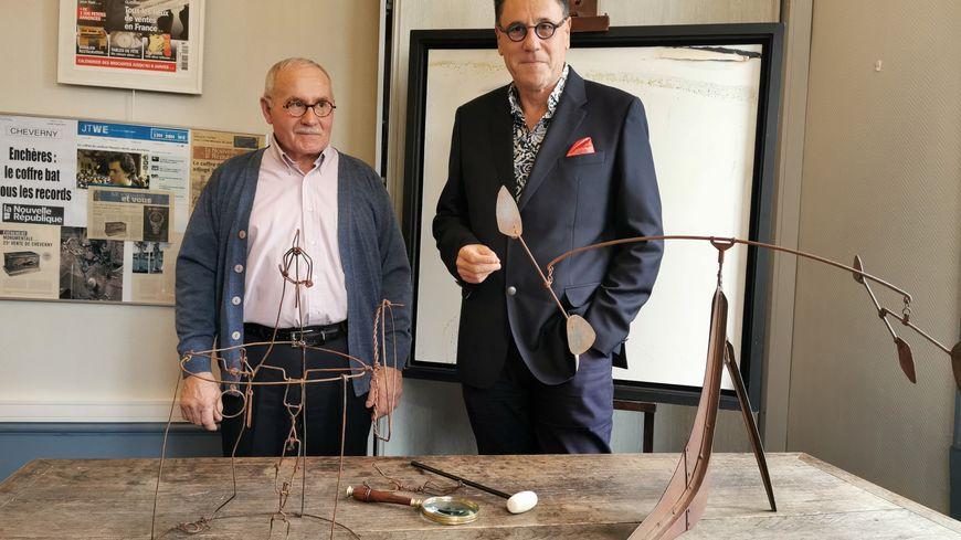 Christian Quénault et son avocat devant les trois œuvres qui seront mises aux enchères le 17 novembre à Tours