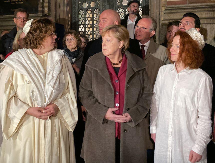 """La chancelière Angela Merkel s'est rendue dans une synagogue de Berlin après """"l'attaque antisémite"""" qui a fait deux morts à Halle, le 9 octobre 2019."""