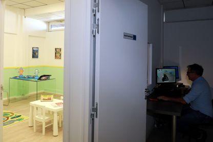 "La salle ""Mélanie"" de la Brigade des mineurs de Marseille."