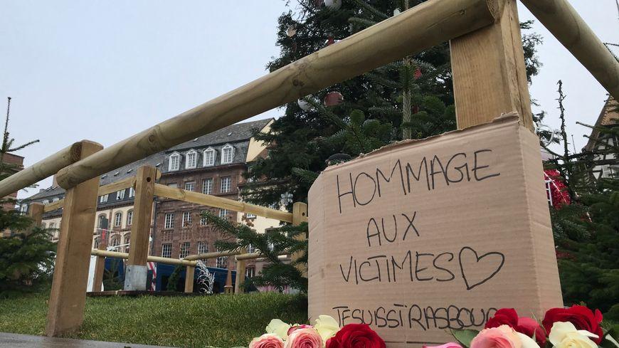 Hommage au lendemain de l'attaque dans le centre de Strasbourg, au pied du grand sapin de la place Kléber, le 12 décembre 2018.