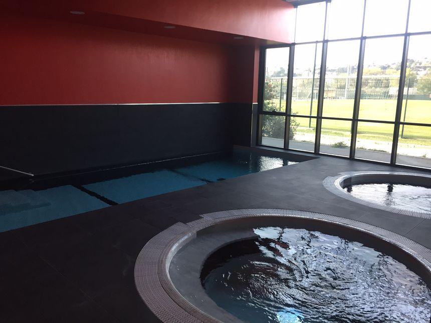 Bain chaud, froid, piscine, sauna pour récupérer dans l'eau