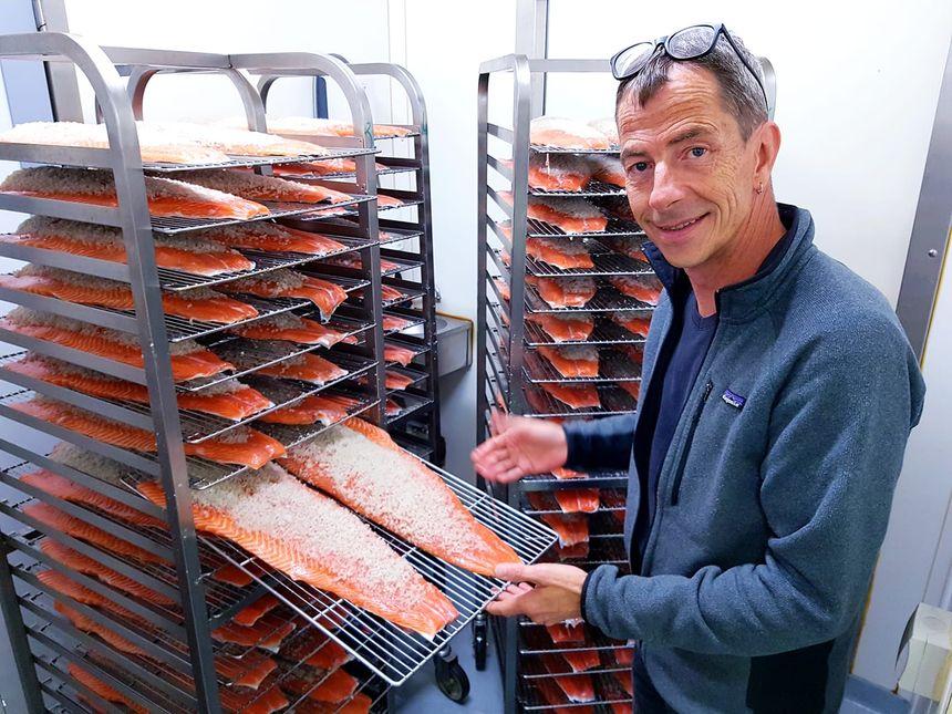 Hervé Cordonnier sale les saumons venus d'Irlande.