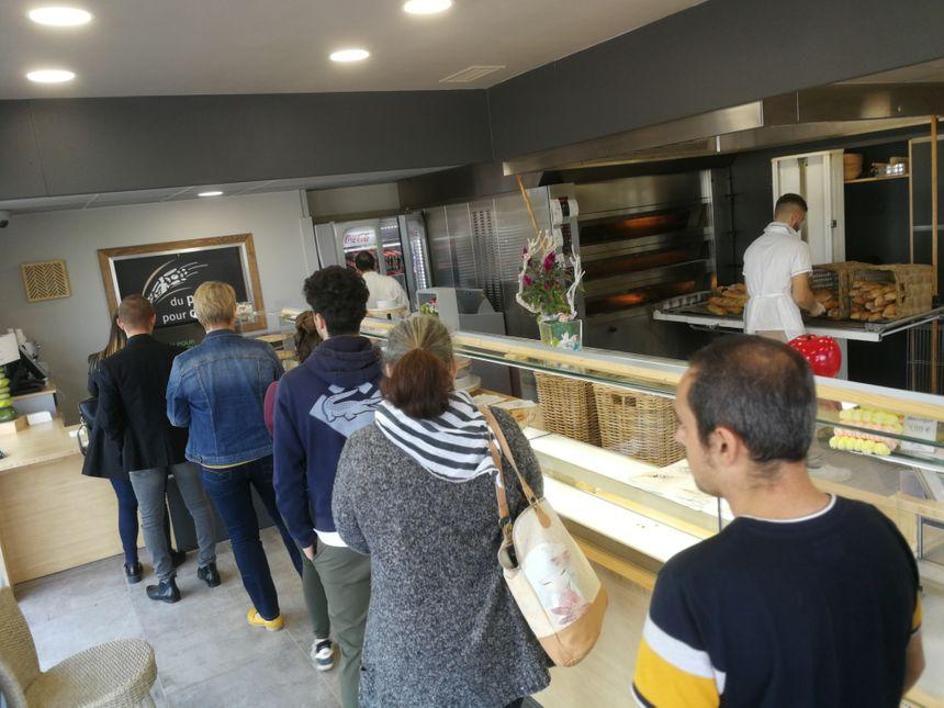 Les clients se bousculent chaque jour dans cette boulangerie, parfois la queue arrive jusqu'au trottoir