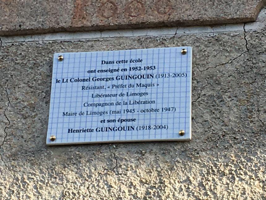La plaque commémorative accrochée sur les murs de l'ancienne école du Vistrat, à Saint-Laurent-les -Eglises (Haute-Vienne)