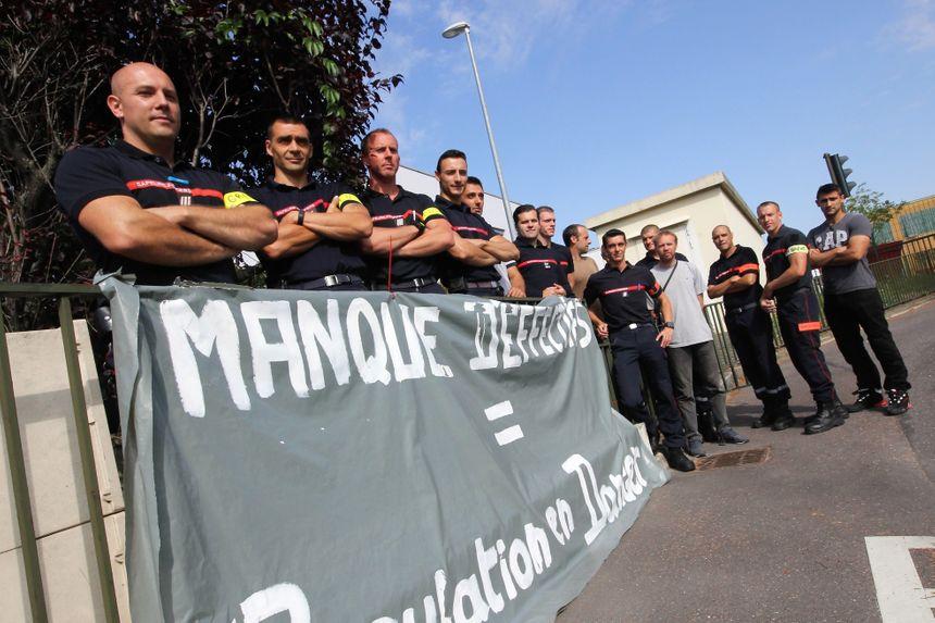 Un rassemblement de pompiers en grève dans le Val-d'Oise, en août dernier.