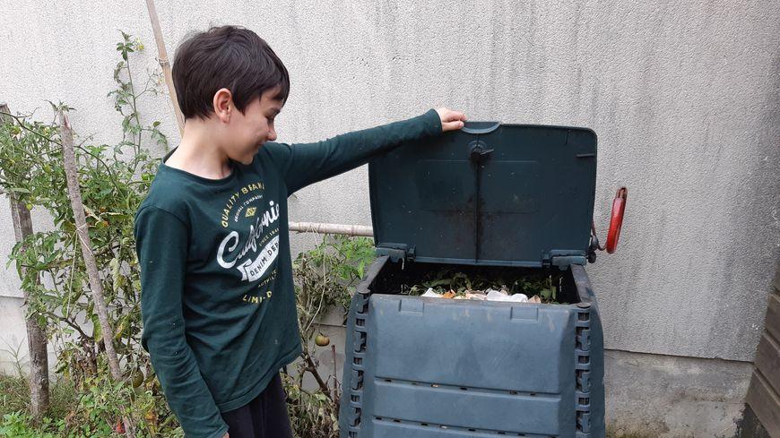 Les composteurs débarquent à Moragne, où chaque foyer en a reçu un dans cette commune de 500 habitants où presque tout le monde a un jardin.