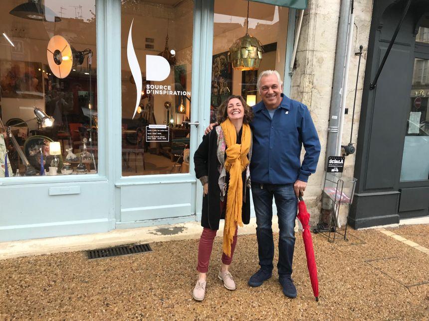 """Sabrina Denis et Stéphane Thébaut devant la boutique """" Source d'inspiration"""" à Périgueux"""