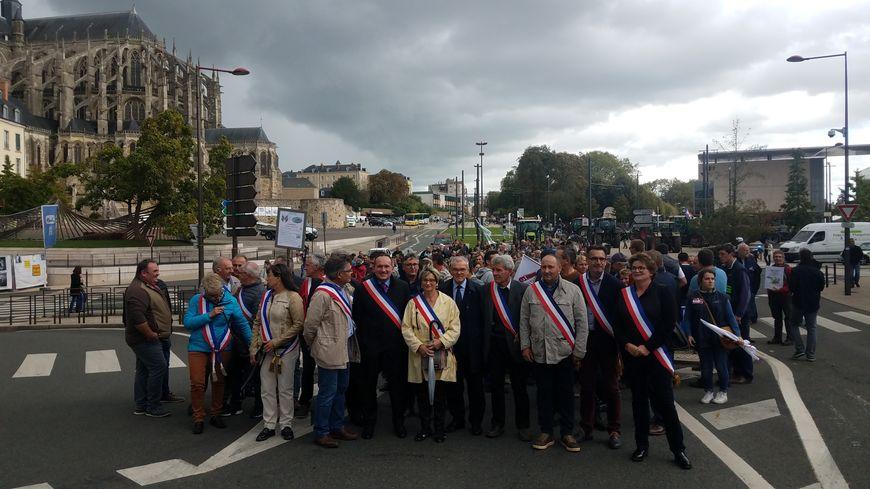La FDSEA a tenu à ce que les maires prennent place en tête de cortège.