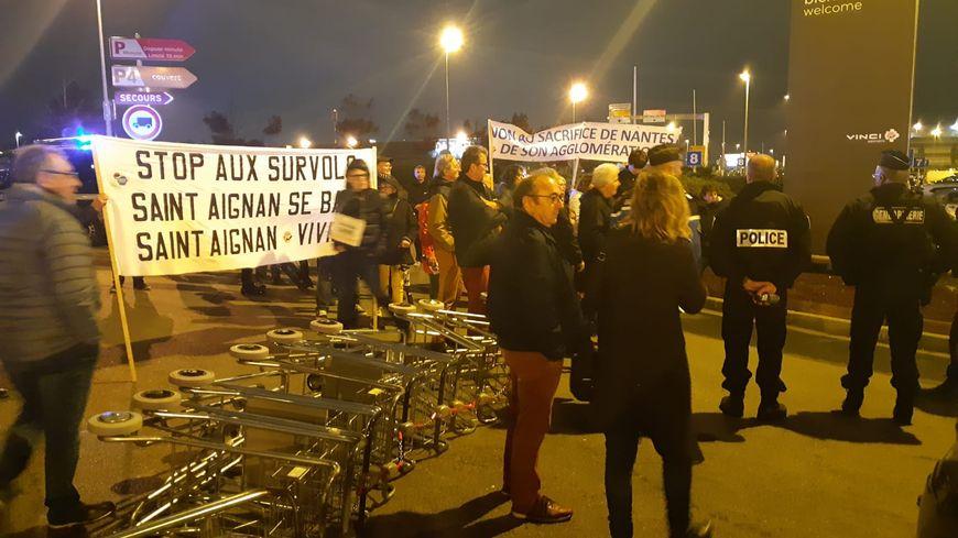 Des manifestants bloquent l'accès à l'aéroport