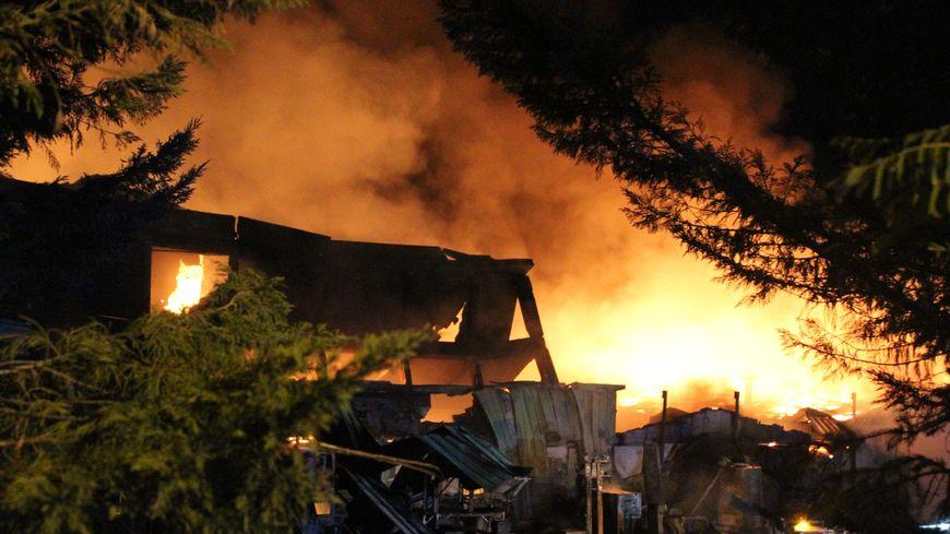 L'usine a été en grande partie détruite par l'incendie à La-Guerche-sur-l'Aubois