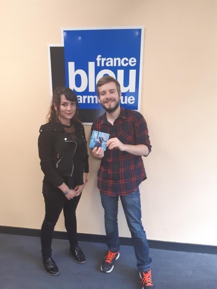 Éva Hélia dans les studios de France Bleu Armorique