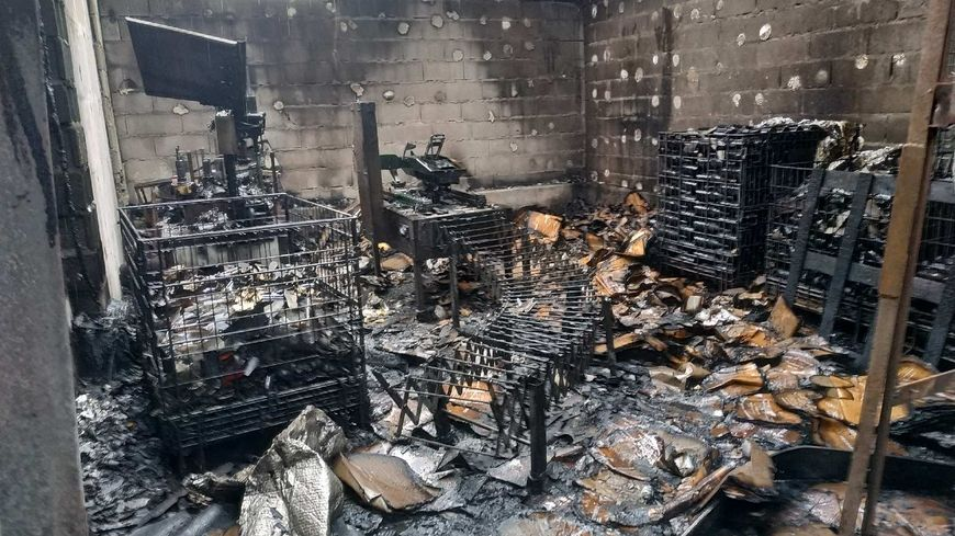 Tout le matériel comme l'étiqueteuse a été détruit