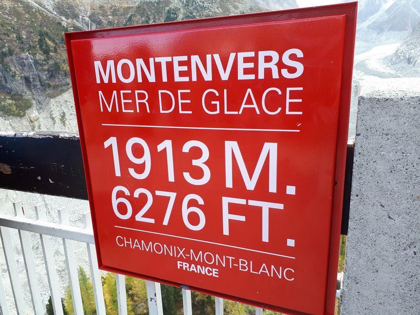 Au pied de la gare d'arrivée du train du Montenvers, la langue glaciaire de la Mer de glace