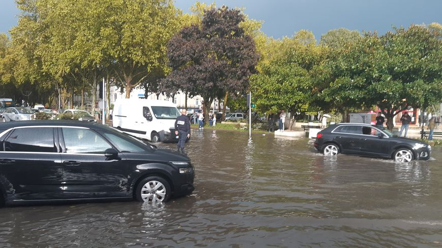 La place du 11 novembre de Laval sous les eaux le lundi 14 octobre 2019