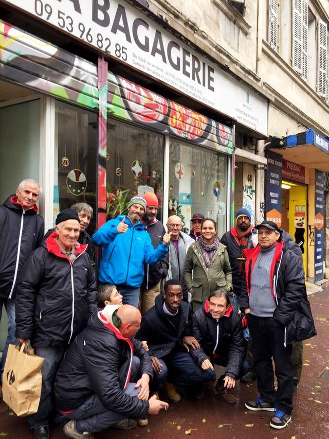 SDF et des membres de l'association de la Bagagerie