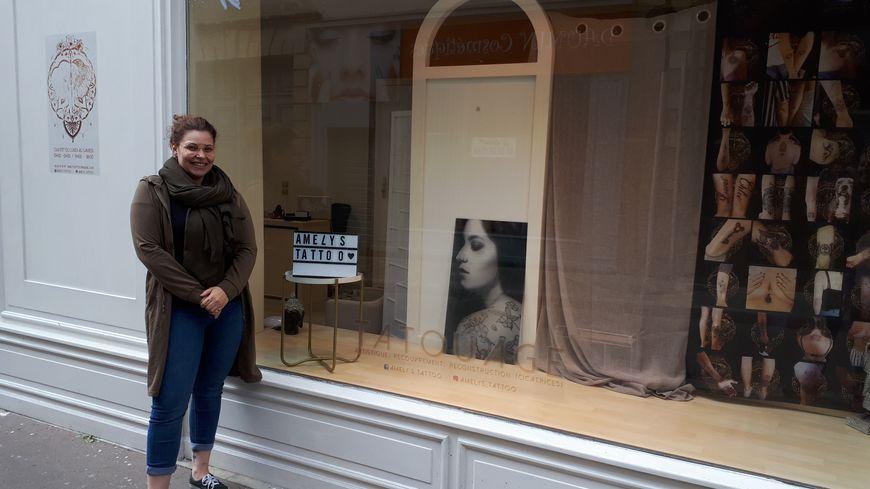 La tatoueuse Amélie Gauthier devant son salon à La Flèche