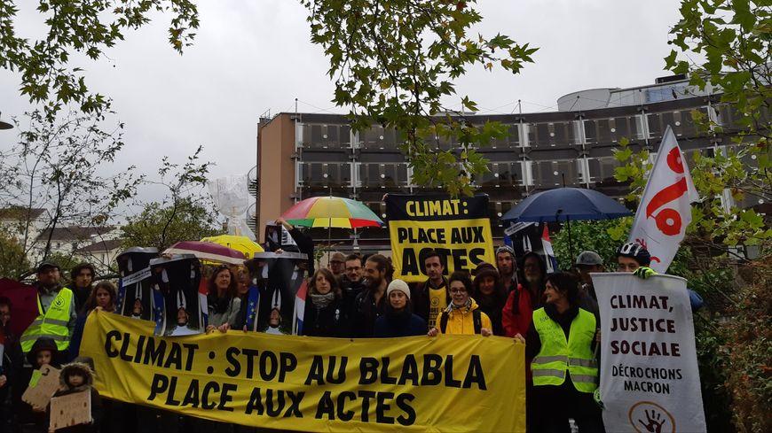 Les militants écologistes ont tenu à manifester avant de proposer une formation à la non-violence à deux pas du tribunal de Nancy.
