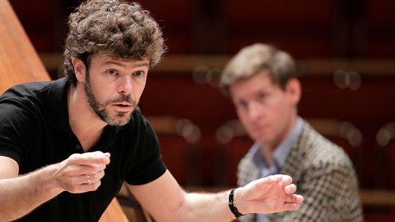 Le chef d'orchestre espagnol Pablo Heras Casado dirige le pianiste Kristian Bezuidenhout et le Freiburger Barockorchester à la  Philharmonie de Cologne en 2015