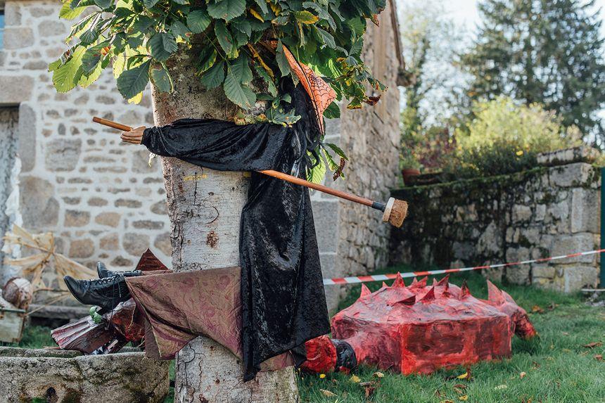 Tout le village est décoré pour célébrer Halloween