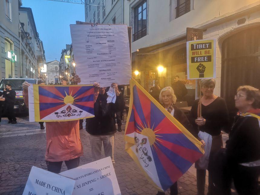 Une vingtaine de manifestants se sont fait entendre, et voir, avec leurs drapeaux tibétains...