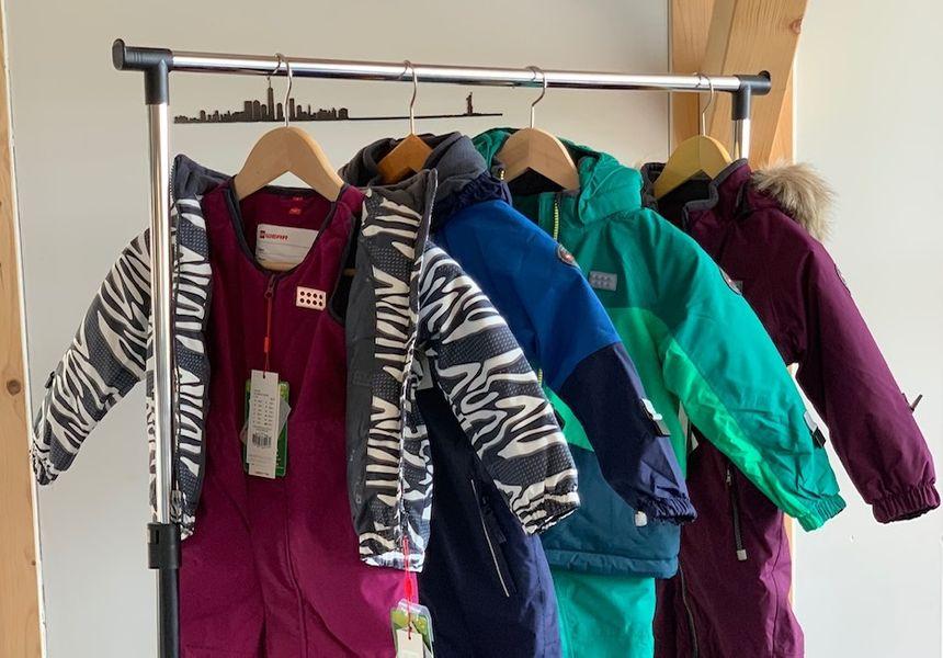 Nancy et Pierre-Gilles ont transformé le garage de leur maison en espace de stockage des tenues de ski mises en location. (Photo DR)
