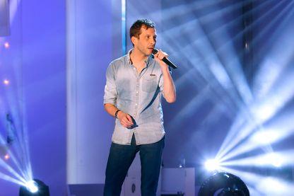 Alex Beaupain en 2015 sur la scène de l'émission TV Vivement dimanche