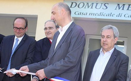 """Le docteur François Agostini aux côtés des élus locaux lors de l'inauguration de la maison médicale de Calenzana """"Domus Medica"""""""