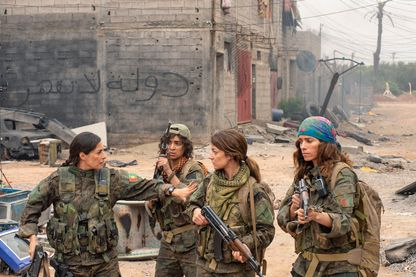 """Le film réalisé par Caroline Fourest  """"Sœurs d'armes"""", photo d'Amira Casar, Camélia Jordana, Esther Garrel, et de Noush Skaugen."""
