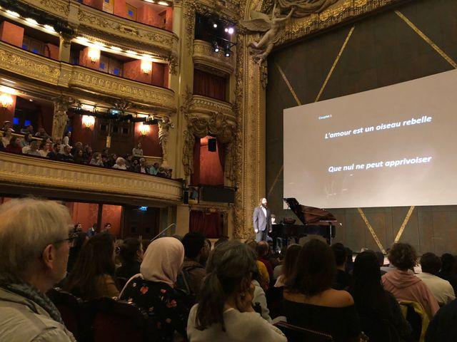 Le chanteur sur scène utilise surtout l'humour pour faire comprendre au public les nuances d'un chant d'opéra.