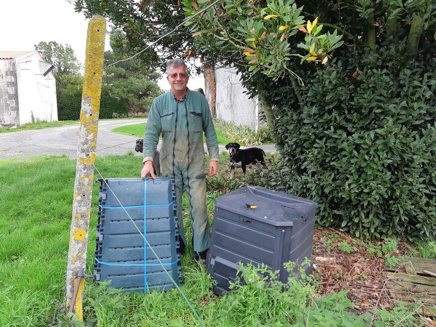 Le maire de Moragne, Bruno Bessaguet, agriculteur de 57 ans, a voulu expérimenter dans sa commune cette généralisation des composteurs. il est vice-président de la Caro chargé des déchets.