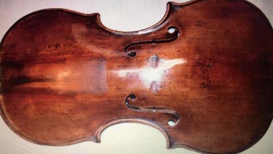 L'oeuvre en question : un violon conçu et fabriqué par le luthier allemand David Tecchler en 1709, d'une valeur estimée à 289 000 €.