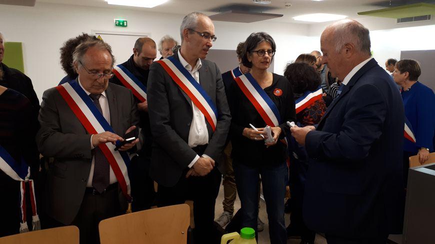 Le maire de Langouët (à droite) soutenu par d'autres élus au tribunal.