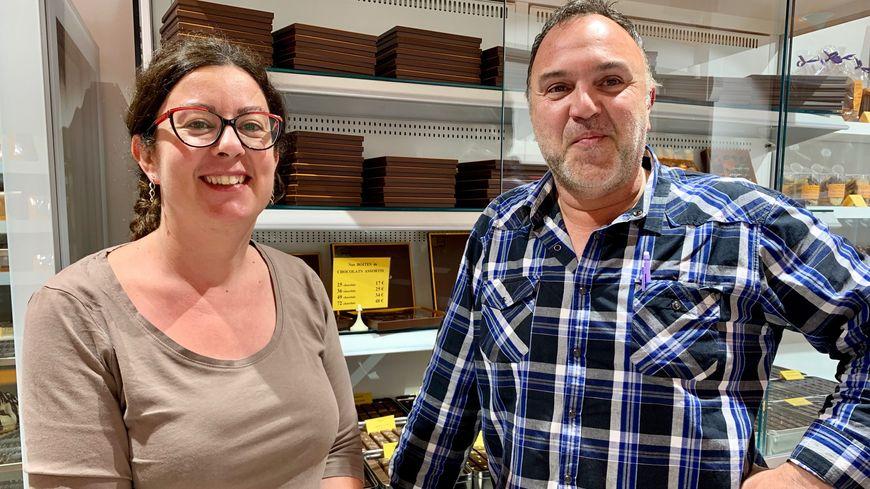 Le pâtissier-chocolatier François Granger et Karine Fontaine, la responsable du magasin de Périgueux