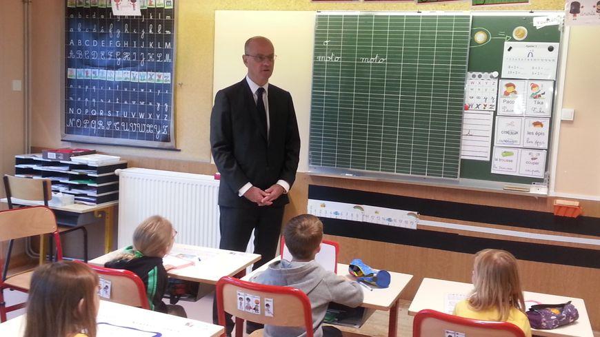 Jean-Michel Blanquer, ministre de l'éducation nationale, dans une classe de CP dédoublé à l'école Lapaire de Sancoins (Cher)