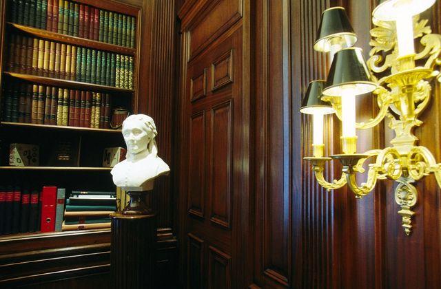 Bibliothèque du domaine de Pommery à Reims, avec le buste de Louise Pommery