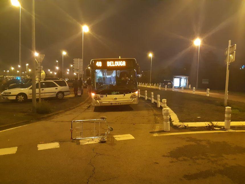 Un bus bloqué devant l'aéroport de Nantes