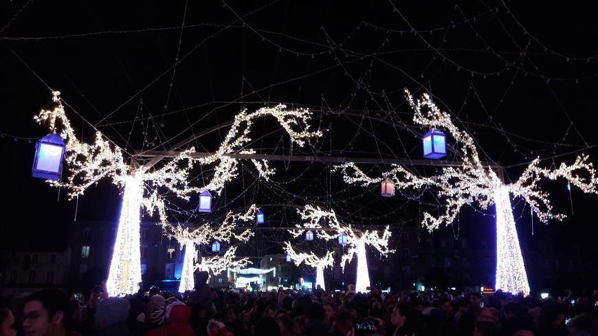 Les illuminations de Noël attirent toujours la foule à Laval.