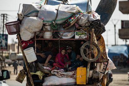 Camion transportant une famille syrienne fuyant l'avancée des forces turques dans le nord-est de la Syrie ; 130 000 déplacés ont été jetés sur les routes en cinq jours d'offensive