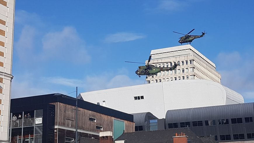 Les hélicoptères ont survolé le bâtiment de la caisse d'assurance maladie.