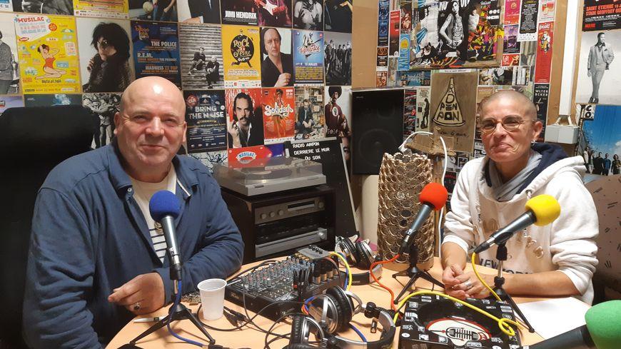 """Eric Lotterie, l'infirmier de l'hôpital de Niort à l'origine du projet Radio Pinpon avec Nathalie qui participe notamment à l'émission """"les brigades du rire"""""""