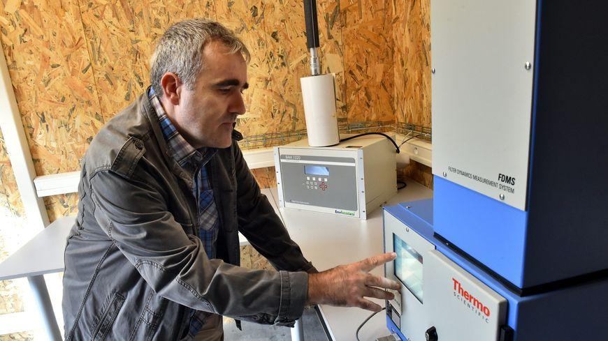 Un technicien d'Atmo fait des relevés dans une station de qualité de l'air (illustration)