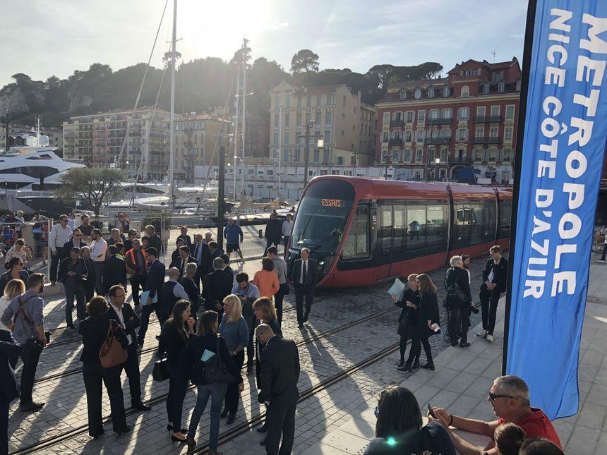 La rame d'essai du tramway arrive au port de Nice
