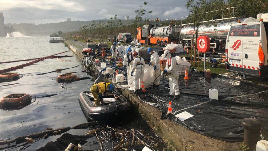 Les salariés de Séché Environnement à pied d'oeuvre pour les opérations de dépollution autour du site Lubrizol de Rouen
