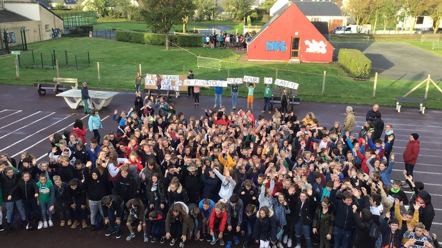 Les élèves du collège des Courtils à Montmartin-sur-Mer avant la course pour la planète, le 18 octobre.