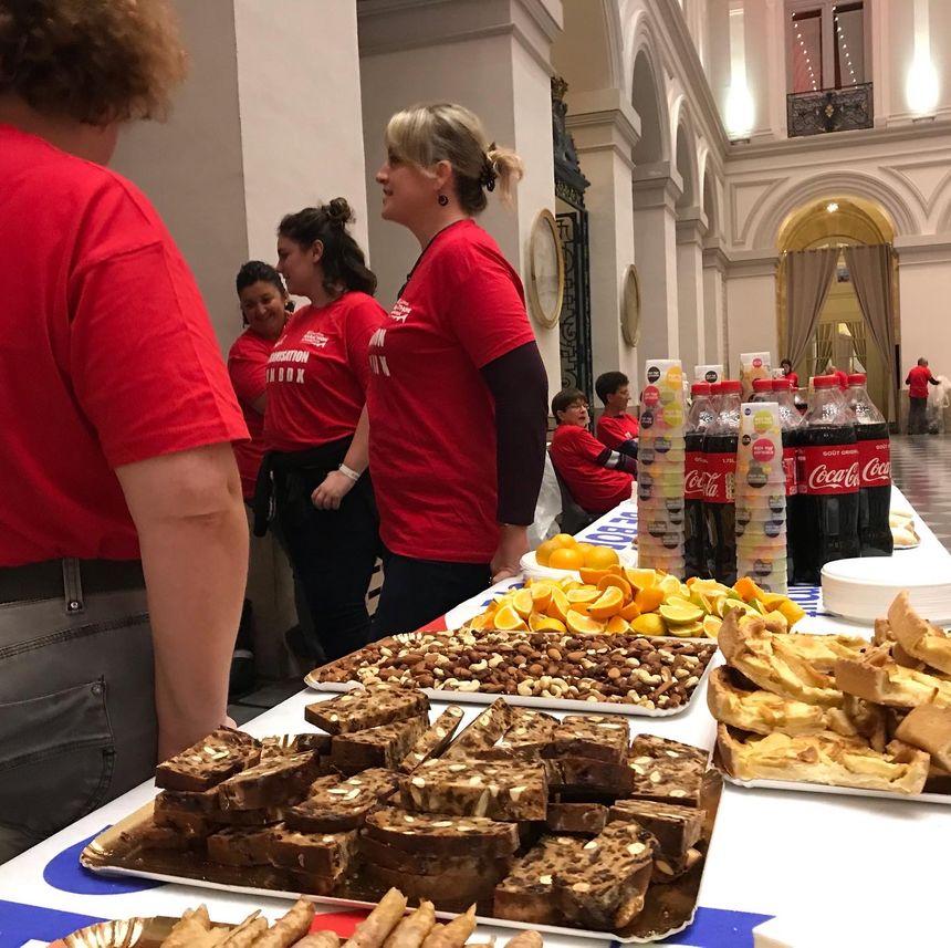Au cœur du Palais de la Bourse, les bénévoles ont préparé de quoi se restaurer.