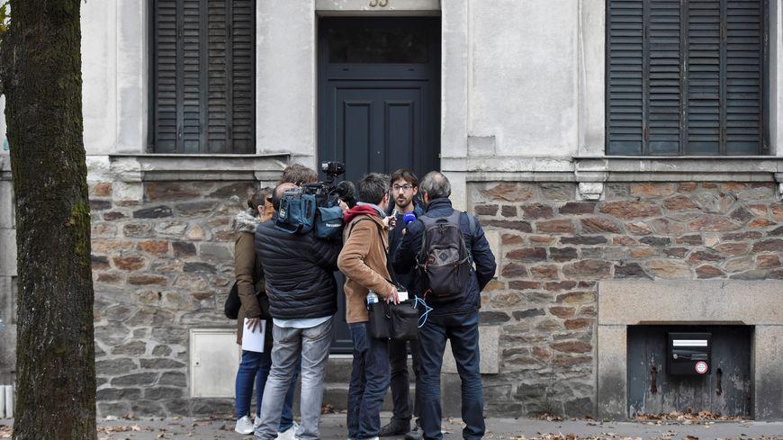 Des journalistes interrogent un riverain, samedi matin, devant l'ancienne maison de la famille Dupont de Ligonnès.