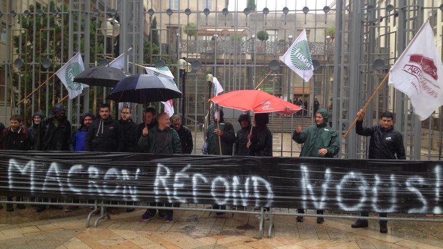Les agriculteurs ont déployé une banderole devant la préfecture, à Montpellier.