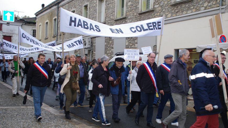 Une centaine de personnes ont manifesté ce mercredi matin dans les rues de Peyrehorade